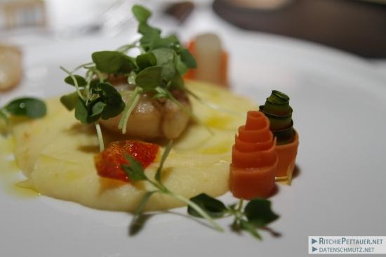 Gebratene Jakobsmuschel auf Trüffelpüree mit Karottenröllchen