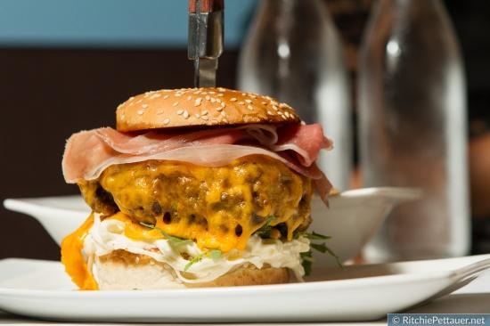 "4Eck Burger - ""Inside out Burger"" vom Rinderfilet mit Cajun Potatoes."