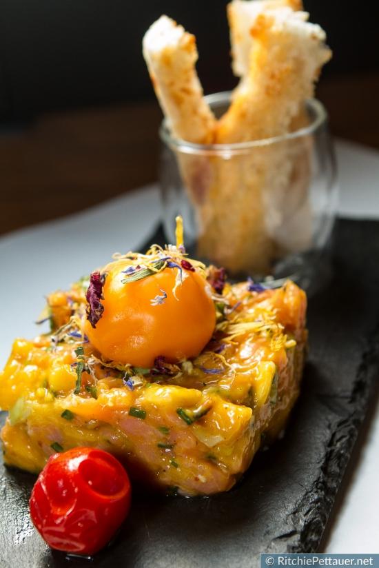 Ibiza - Sommerliches Lachstartar mit Mango und poschiertem Eidotter