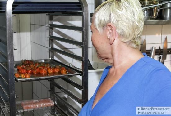 Brigitte Jazz inspiziert die Schmortomaten.